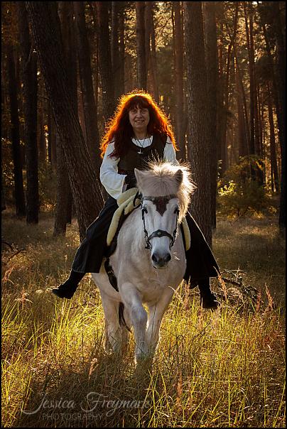 Juliane und Branda im mittelalterlichen Herbstwald