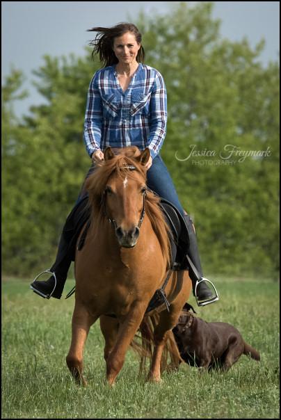 Diana auf Toffifee im Trab mit Hund Flo