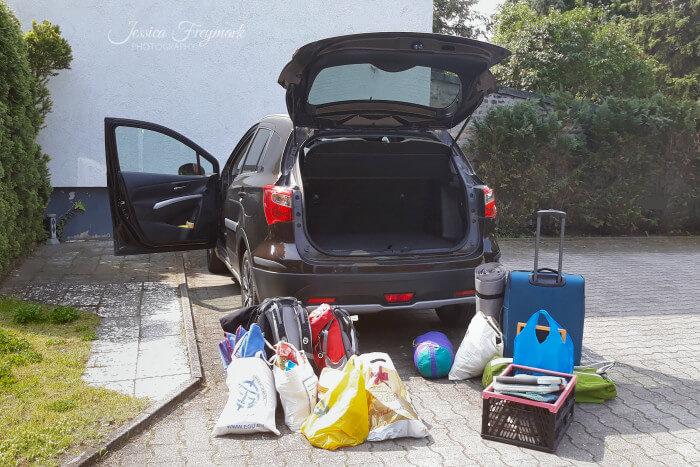 Vorbereitung Tour - Koffer vor dem Auto