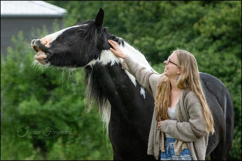 Jutta und ihr lachendes Pferd