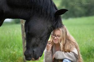 Inniger Glücksmoment zwischen Pferd und Mensch