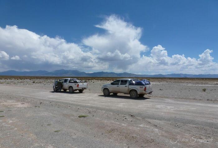 2 Autos auf einer Schotterpiste
