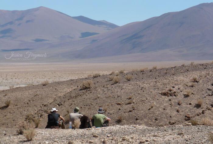 3 Menschen sitzen in den Anden