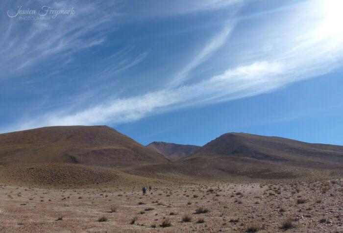 Menschen auf dem Weg zum Vulkan