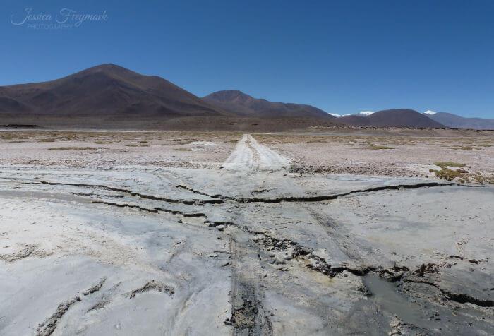 Straße über ausgetrocknetes Flussbett