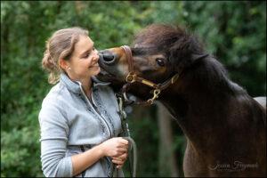 Pony gibt Küsschen