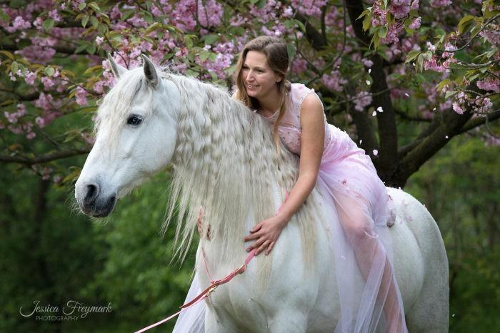 Rosa Kleid zum Schimmel