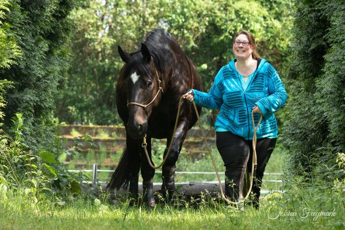 Blaues Oberteil und schwarz-braunes Pferd