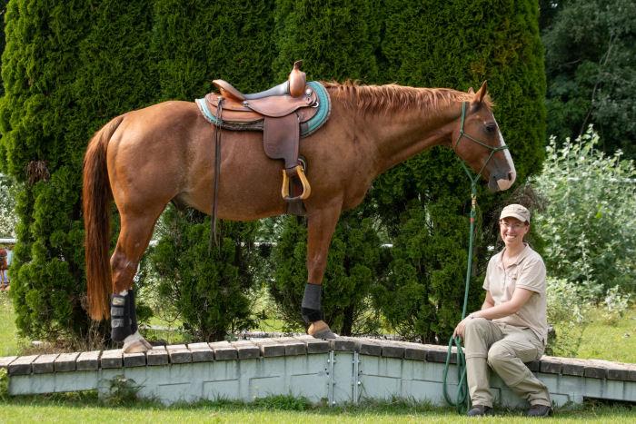 Jessica Freymark mit Leihpferd am Dach