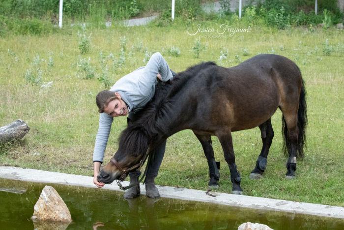 Pony will nicht ins Wasser