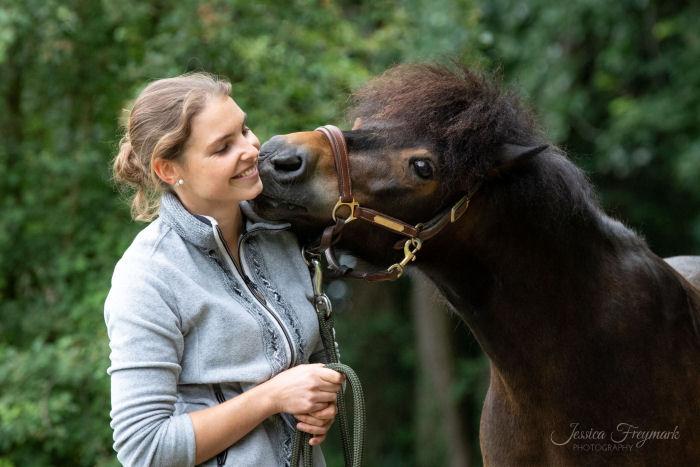 Foto-Spezial Extreme Trail - Pferd gibt Küsschen