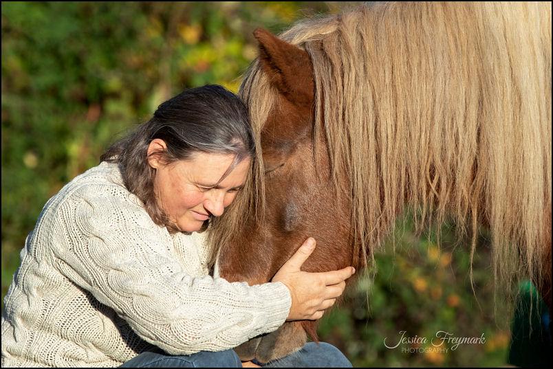 Antoinette beim Kuscheln mit Pony
