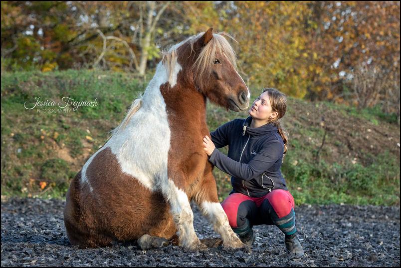 Lia mit sitzendem Pony