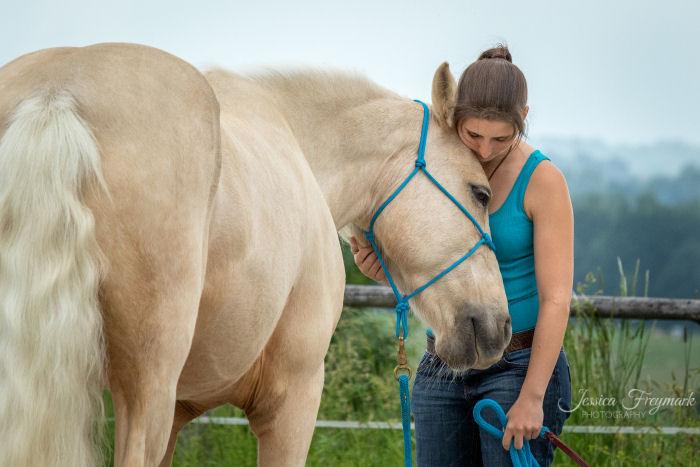 Mensch und Pferd kuscheln