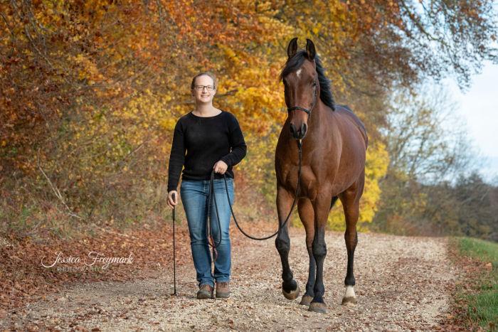 Pferd und Mensch beim Spaziergang