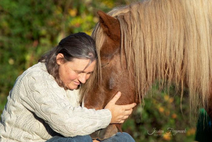 Pferd und Mensch kuscheln